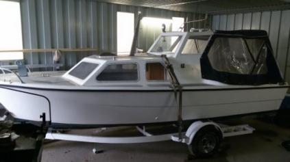 Krásná kajutová laminátová loď s motorem a podvalem